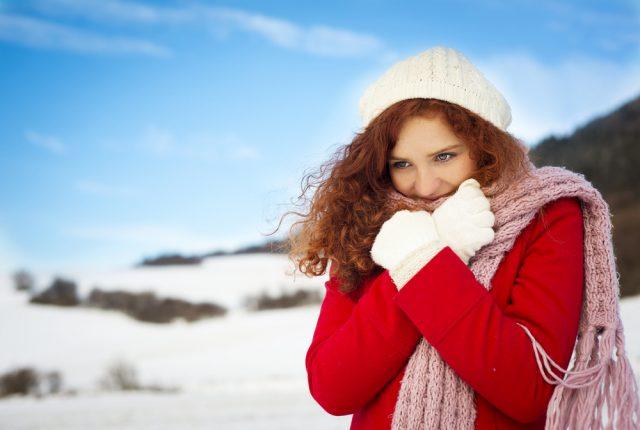 Женщина зимой в шапке, перчатках и шарфе