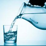 Вода наливается из прозрачного графина в кружку