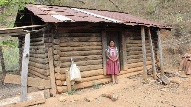 Инес Рамирес Перес возле своего дома