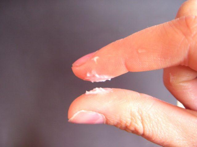 Пальцы с белым составом
