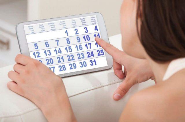 Женщина смотрит календарь