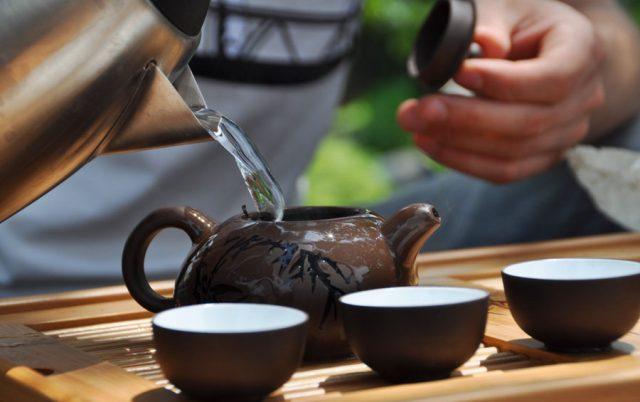 В заварочный чайник наливается вода