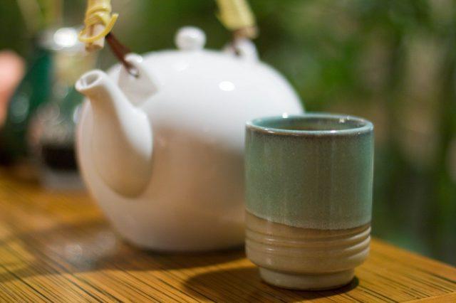 Стакан и заварочный чайник на столе