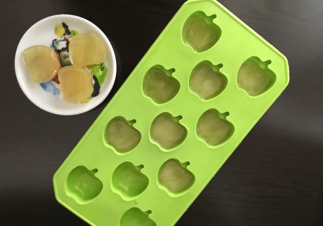 Зелёный чай в формочках для льда и тарелке