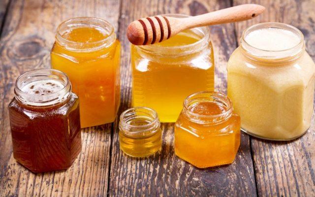 Банки с разными сортами мёда