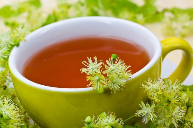 Чашка чая и липовые соцветия