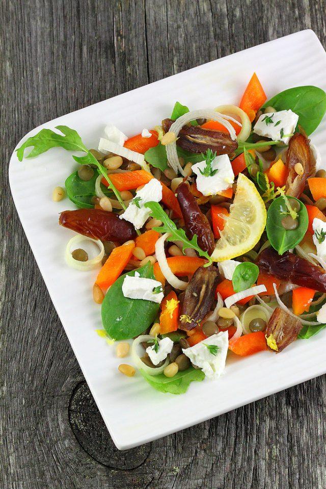 Салат с финиками на тарелке