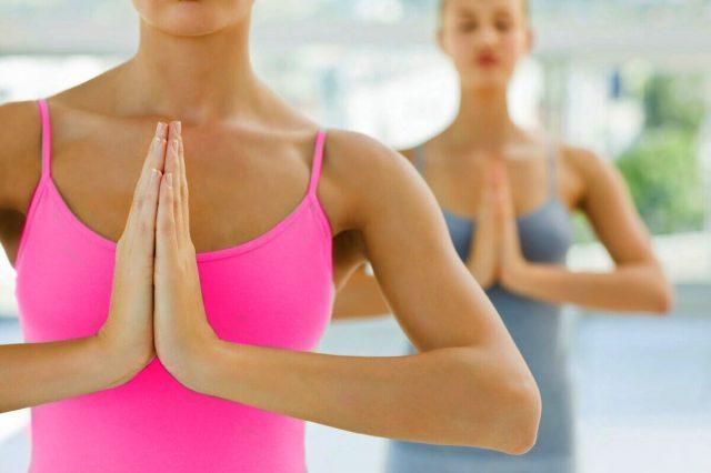 Девушки делают упражнение для укрепления груди