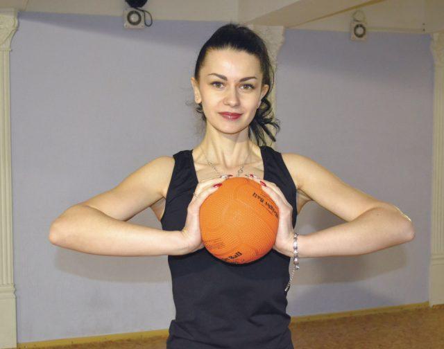 мяч перед грудью