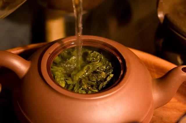 В чайник с заваркой наливается вода