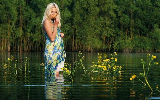 женщина в воде по коленокомпрессионные гольфы беременныхСуществует целый сегмент компрессионного трикотажа для беременных