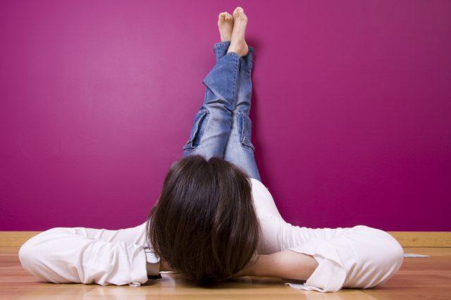 закинуть ноги на стену