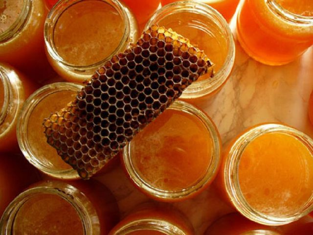 Мёд в банках и прополис на них