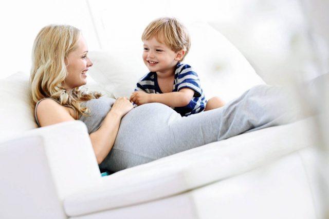 Беременная женщина с сыном