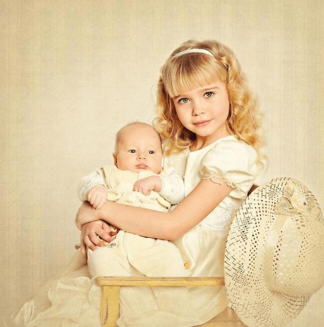 Девочка с младенцем на руках
