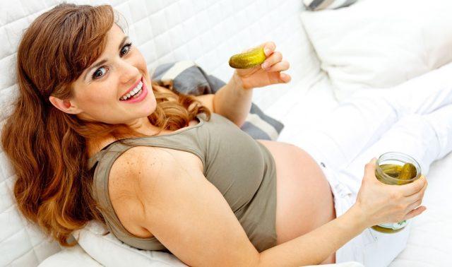 Беременная ест маринованные огурцы