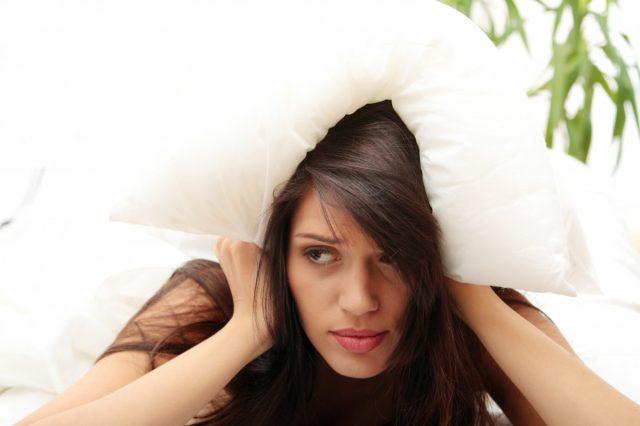 Женщина накрыла голову подушкой