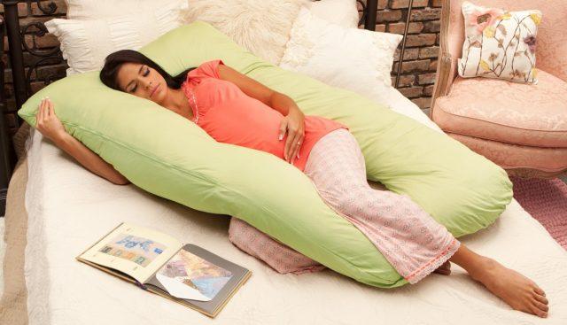 Беременная спит на большой подушке