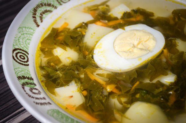 Щавелевый суп в тарелке