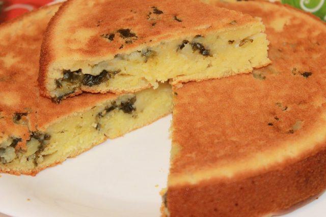 Пирог со щавелем в тарелке