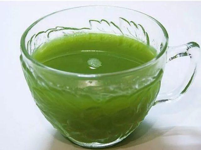 Зелёная жидкость в прозрачной чашке