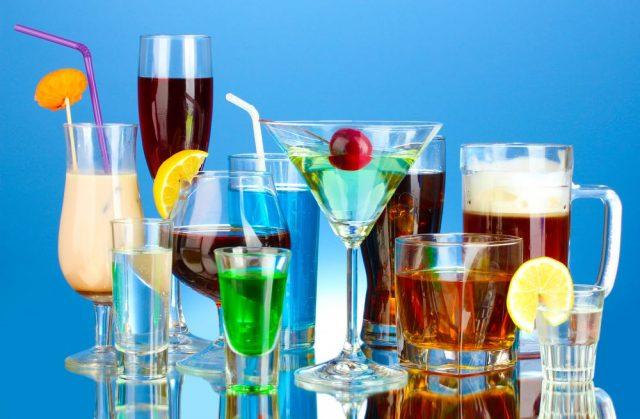 Разнообразие алкогольных напитков и коктейлей из них