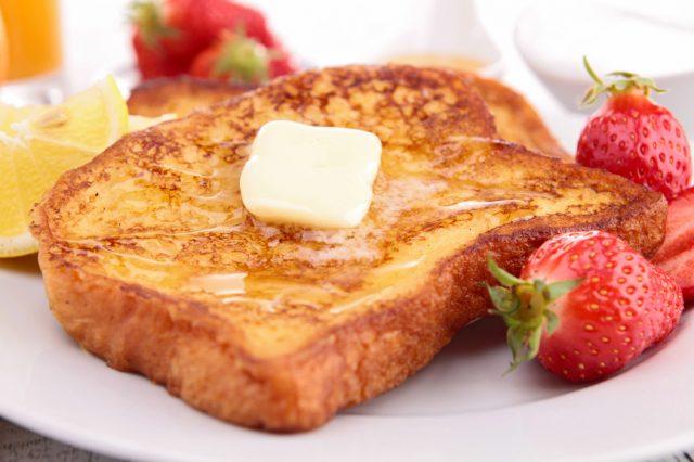 Тост с маслом и мёдом на тарелке