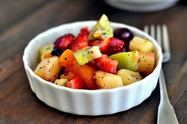 Фруктовый салат в тарелке