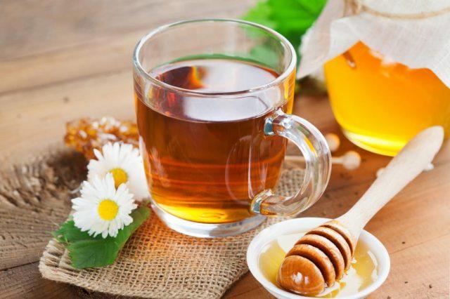 Чай в прозрачной кружке, мёд в банке