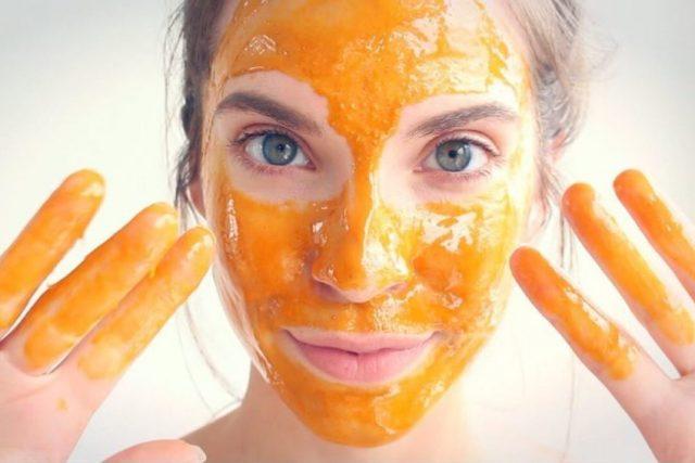 Женщина с маской на лице и руках