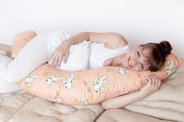 Беременная лежит на диване