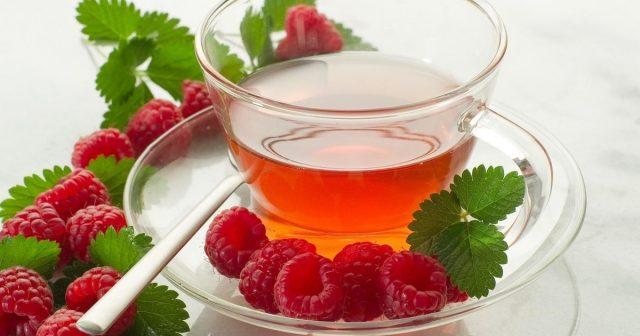 Чашка чая из листьев малины