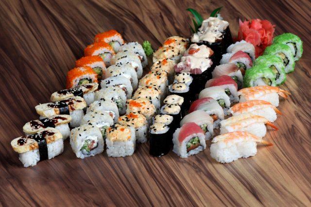 Ассорти из суши и роллов