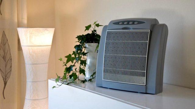 Очиститель воздуха в комнате