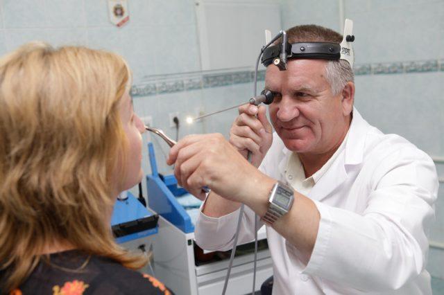 Отоларинголог осматривает пациентку