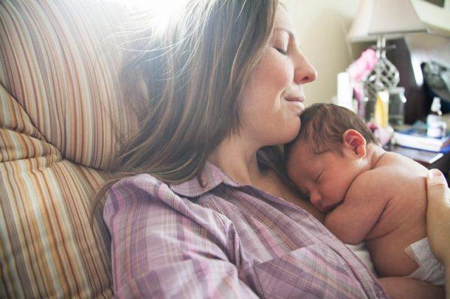 Женщина с новорожденным
