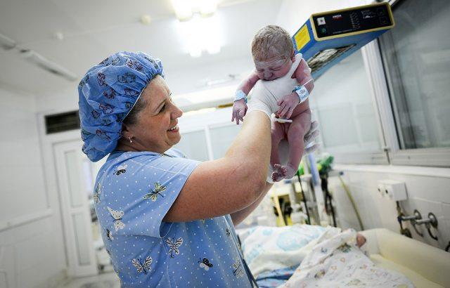 Акушерка с новорождённым