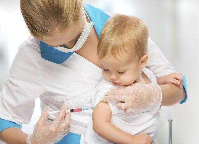 Доктор делает укол ребёнку