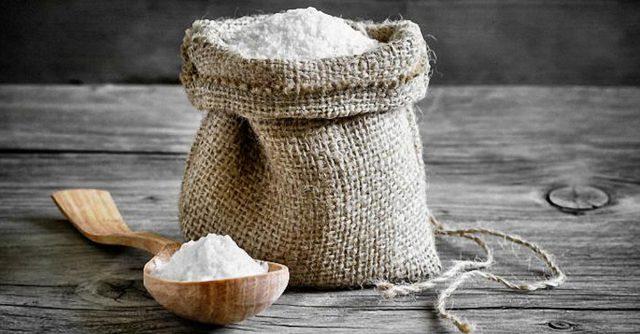 Мешок и ложка с солью