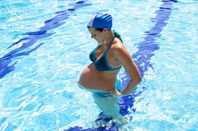 Беременная женщина в бассейне