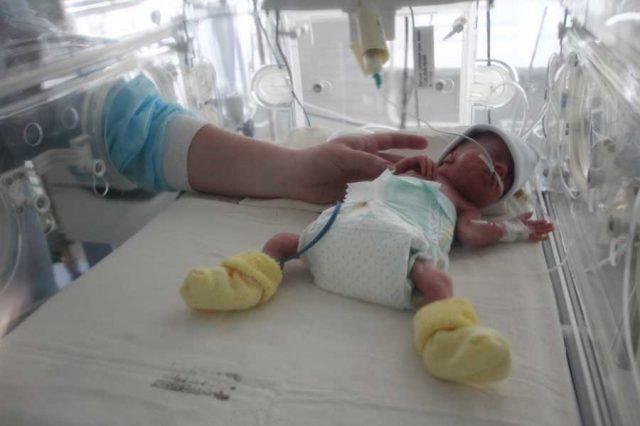 Новорождённый в кувезе