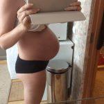 Беременная фотографирует свой живот