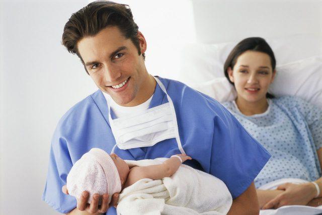 Родители с новорождённым