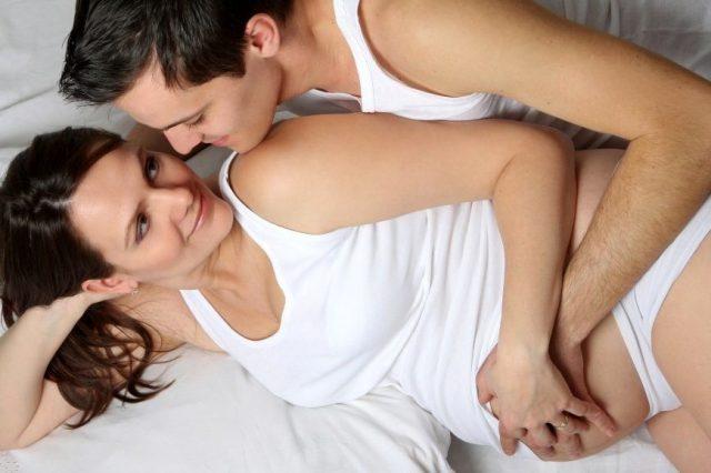 Беременная женщина с мужем