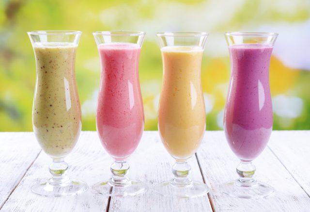 4 бокала с молочным коктейлем