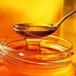 Мёд в баночке и в столовой ложке