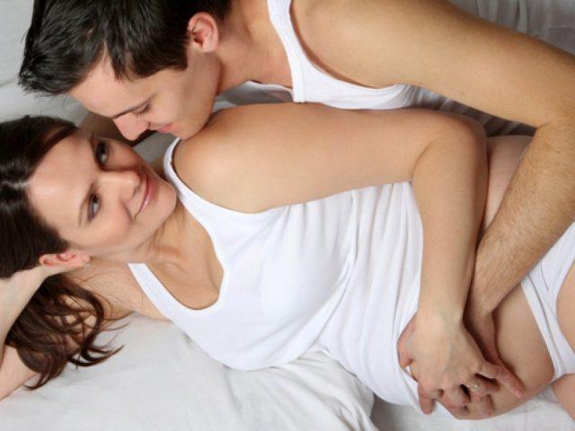 Беременная и её муж в постели