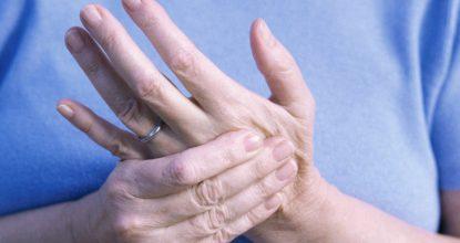 Почему дёргается палец на руке: причины и лечение
