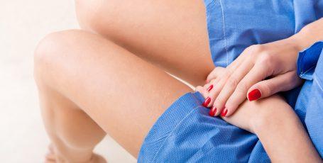 Белые кремообразные выделения у женщин — причины и лечение