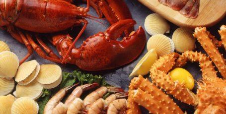 Морепродукты в рационе кормящей мамы: можно или нет